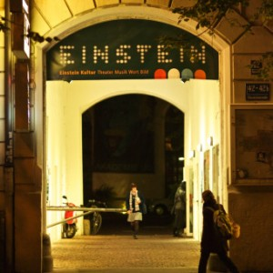 Einstein Eingang bei Nacht mit Besucher